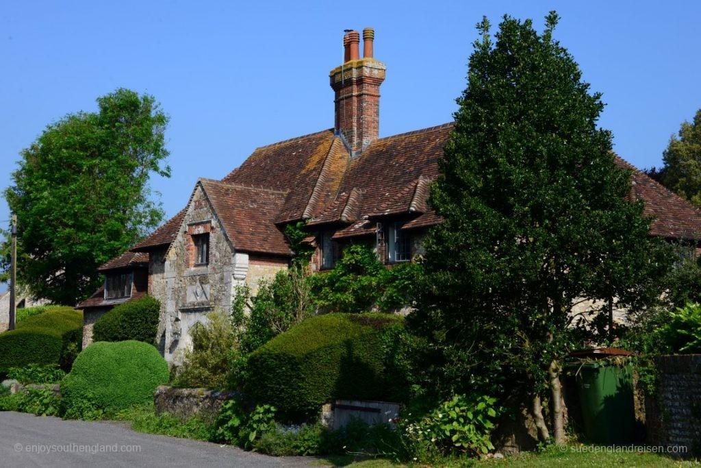 Eines der relativ wenigen nicht reetgedeckten Häuser in Amberley