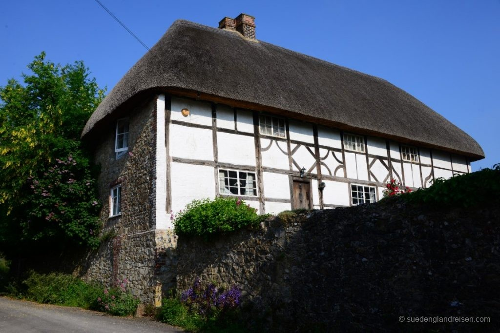 Eher untypisch für Südengland, ,aber typisch für Amberley: EIn Fachwerkhaus mit Reetdach.
