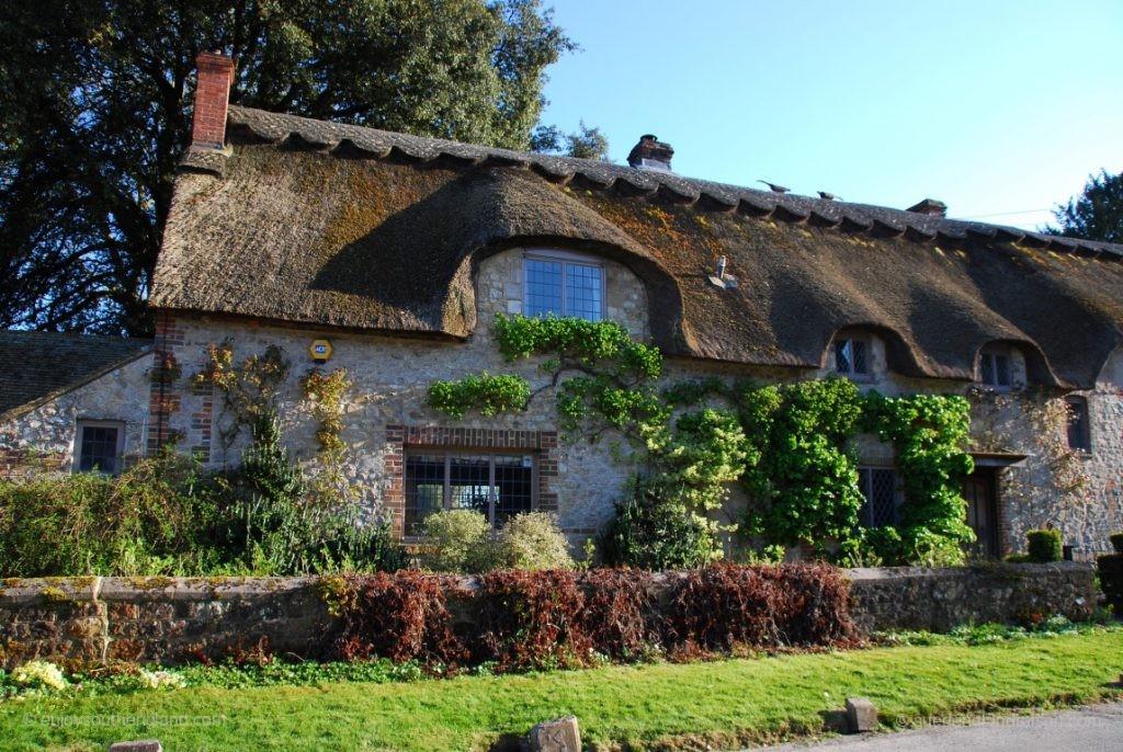 Sehen diese reetgedeckten Häuser mit ihren Gauben nicht aus, als würden sie lächeln?