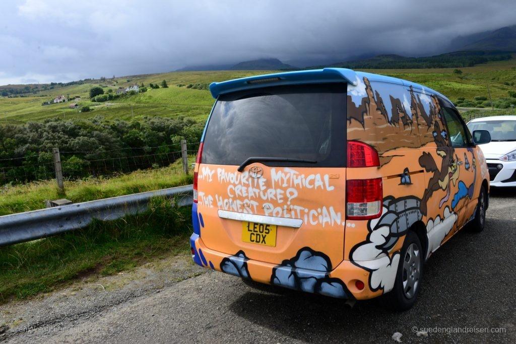 Ein bemaltes Auto auf der Isle of Skye - man beachte bitte den sehr wahren Text!