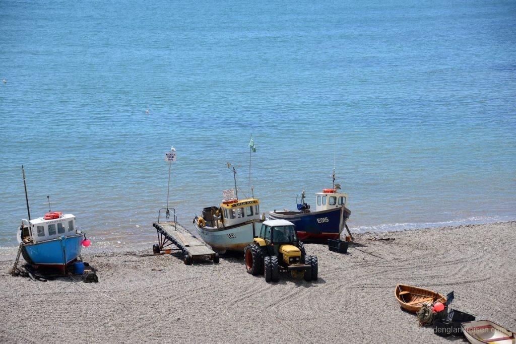 """Die Fischer sind zurück mit dem """"Catch of the day"""" und der örtliche Strandtraktor hat die Boote den Strand hinaufgezogen. Hier liegen sie nun weitgehend geschützt in Ermangelung eines echten Hafens."""