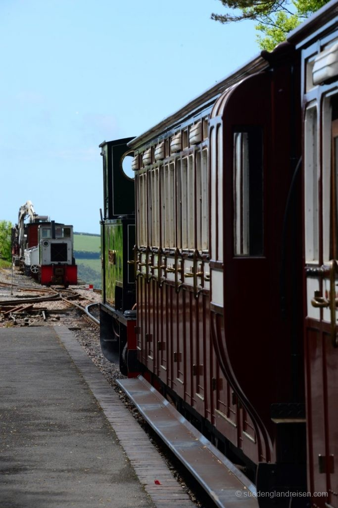 Der Zug der Lynton & Barnstape Railway steht zum Einsteigen bereit.
