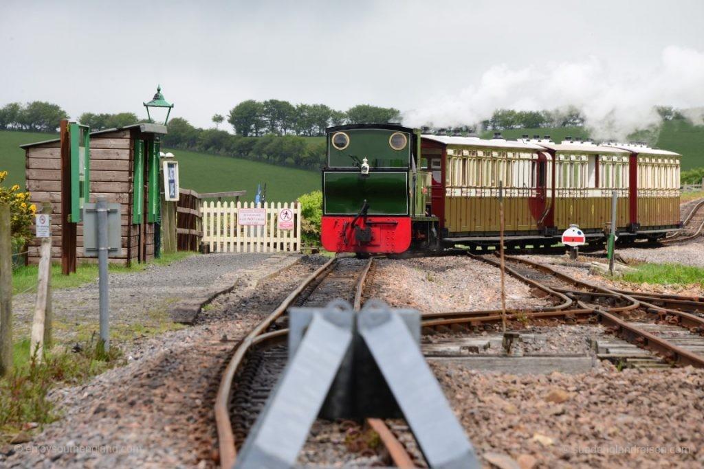 Anfahrt eines Zuges der Lynton & Barnstaple Railway in die Station Killington Road.