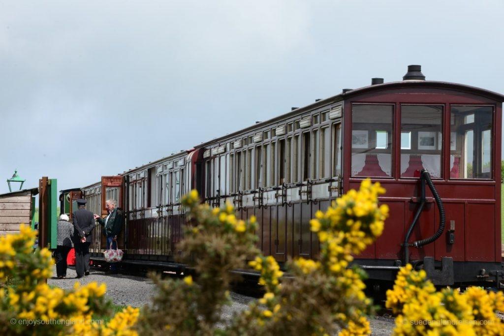 Das ist Südenglang: Gelb leuchtender Ginster und historische Eisenbahnen bilden eine wunderschöne Symbiose.