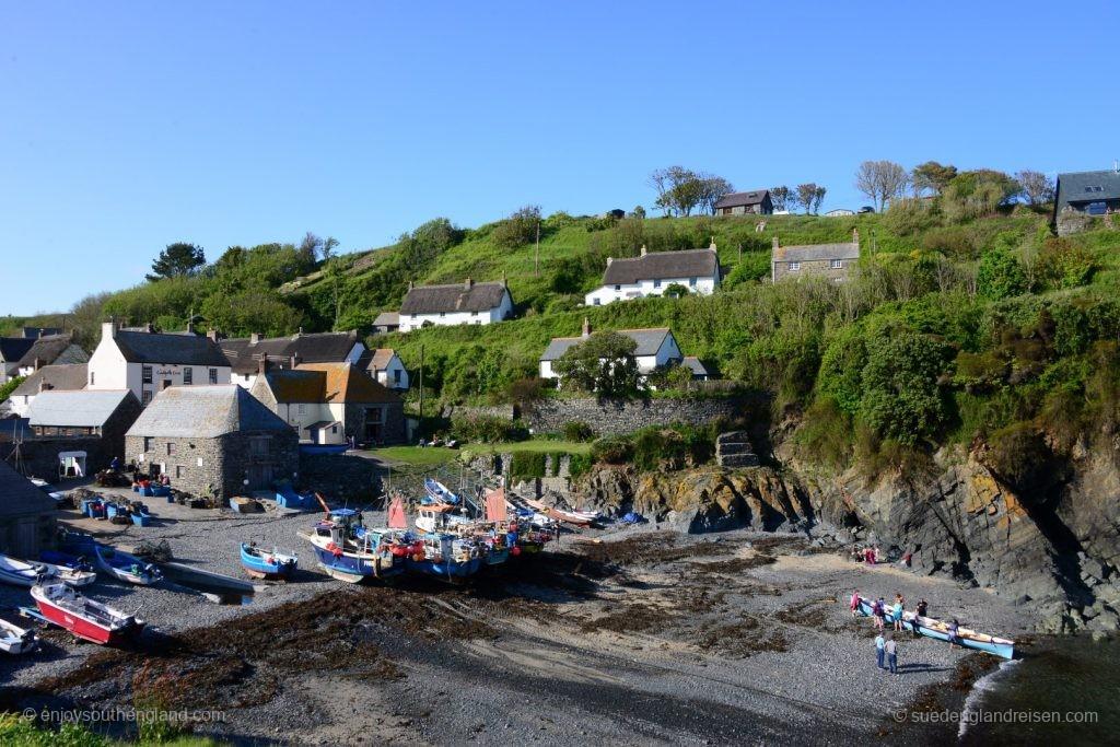 Cadgwith (Cornwall) - die lokale Frauen-Rudermannschaft trainiert