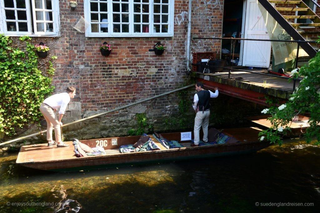 """Gestakte Zillen (""""Punts"""") sind für den flachen Fluß ideale Boote"""