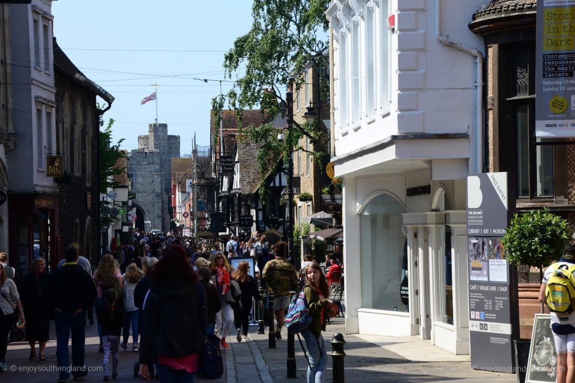 Belebte Fußgängerzone in Canterbury
