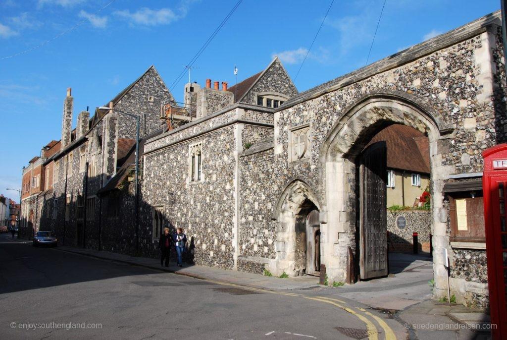 """Eingang zur """"King's School"""", der wohl ältesten erhaltenen Schule der Welt"""
