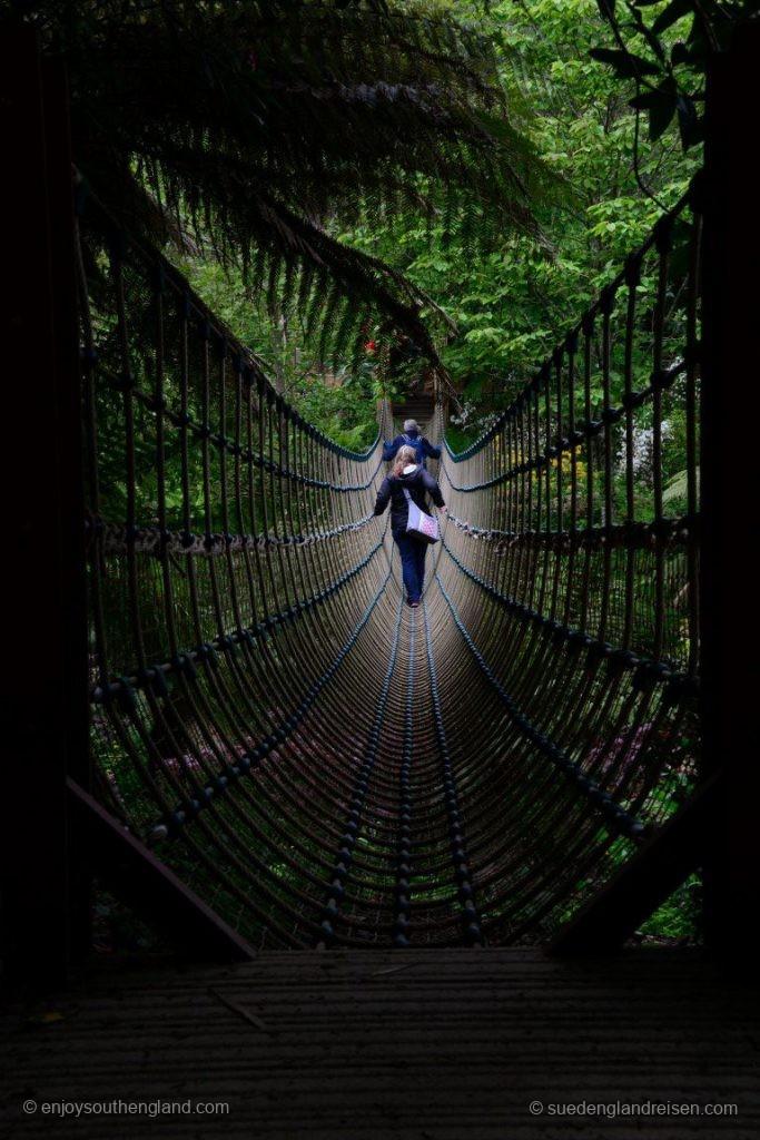 Über die Hängebrücke in den Lost Gardens of Heligan