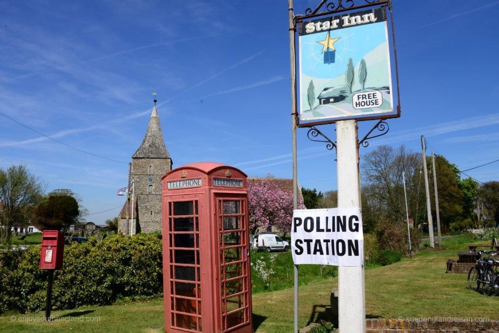 St. Mary in the Marsh - alles was man braucht: Kirche, Telefonzelle und Wahllokal (im wahrsten Sinne des Wortes).