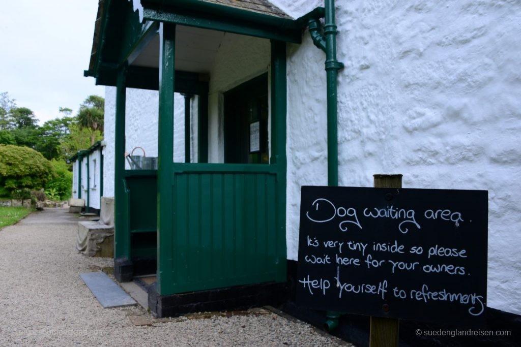 """Erwähnten wir schon den herrlichen britischen Humor? Man beachte bitte die freundliche """"Serve Yourself"""" Aufforderung an die begleitenden Hunde (!)"""