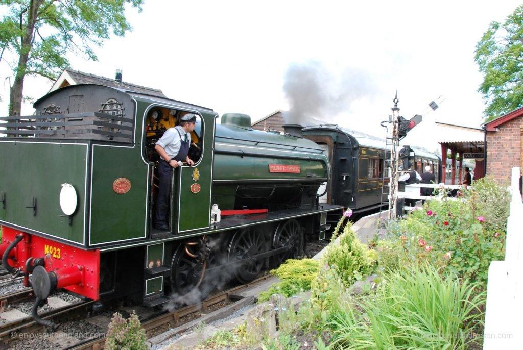 Die Kent & East Sussex Railway bei der Ausfahrt aus Tenterden