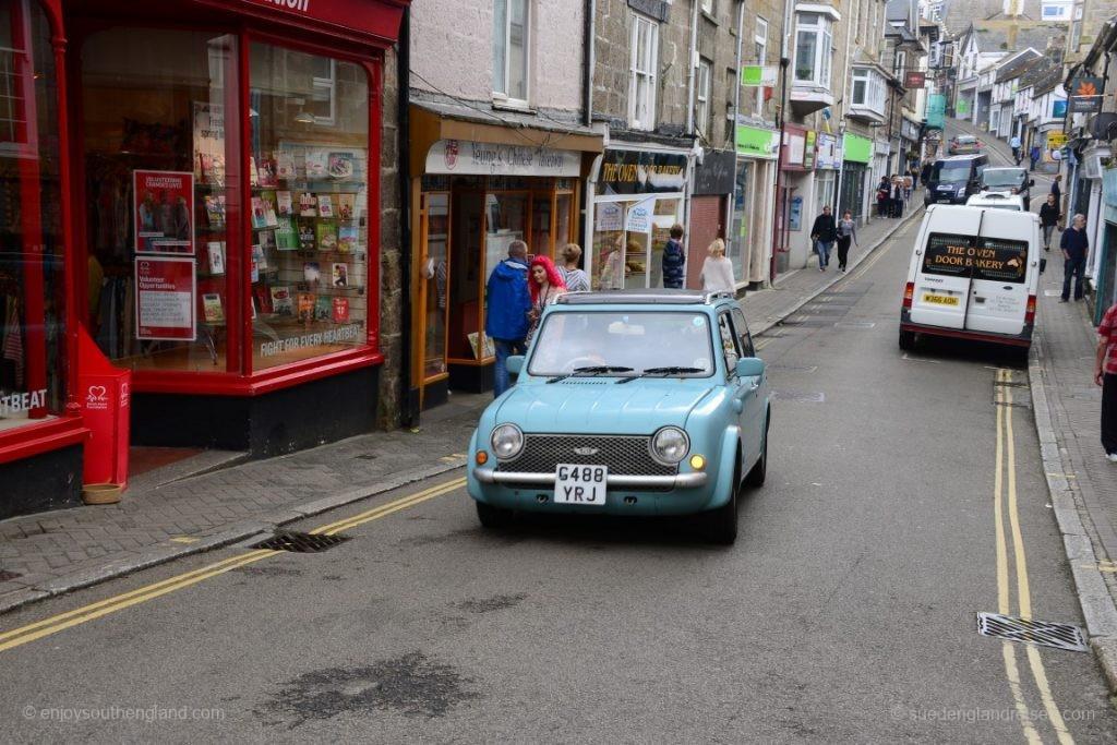 Städtische Atmosphäre - mit wunderbaren alten Geschäften und Autos