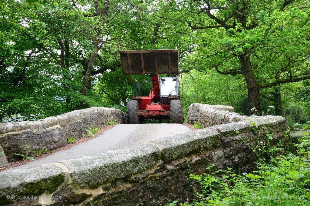 Gegenverkehr auf einer Brücke in Cornwall
