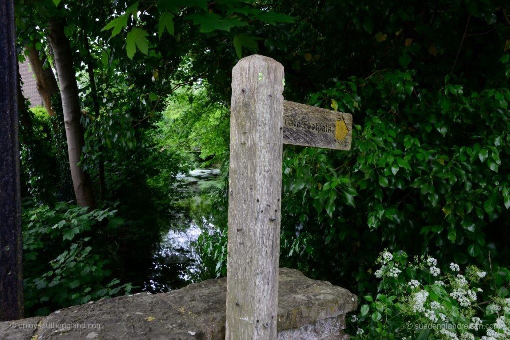 Mitten im Ort (hier in Bramber) findet man dann viel Grün, einen Fluß und öffentliche Spazierwege.