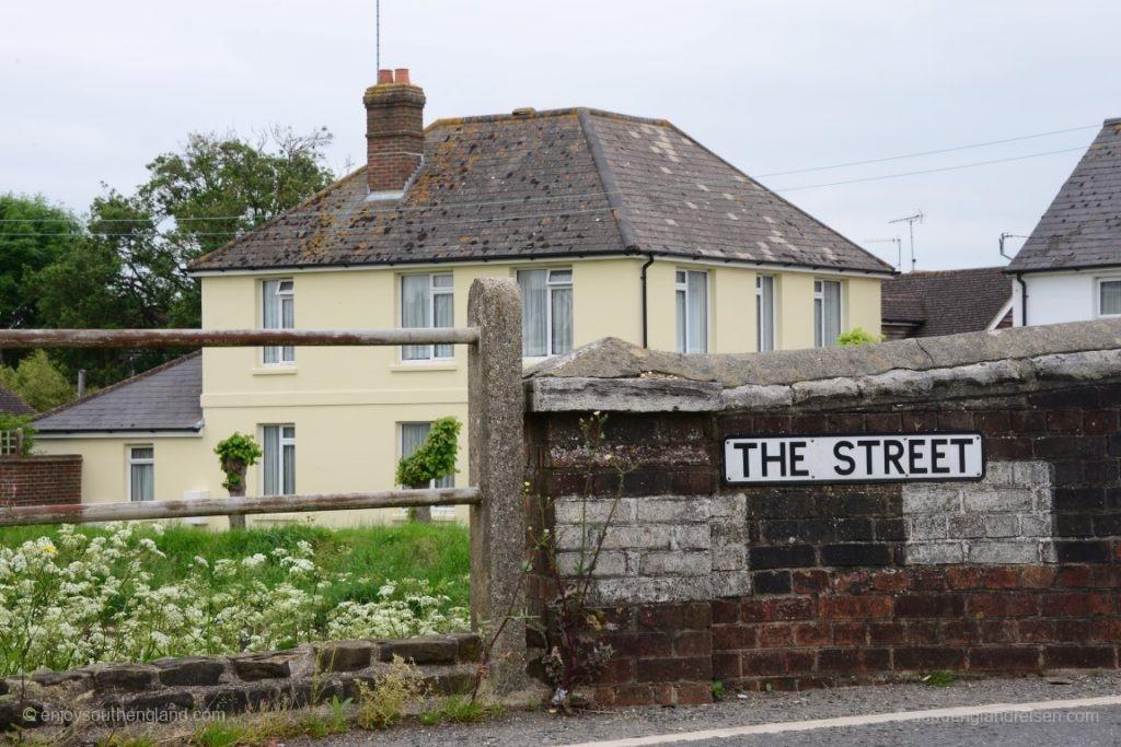 """Schön ist, wenn in kleinen Orten die Hauptstraße gar keinen Namen hat - es ist einfach """"The Street""""! Kommt übrigens gar nicht selten vor..."""