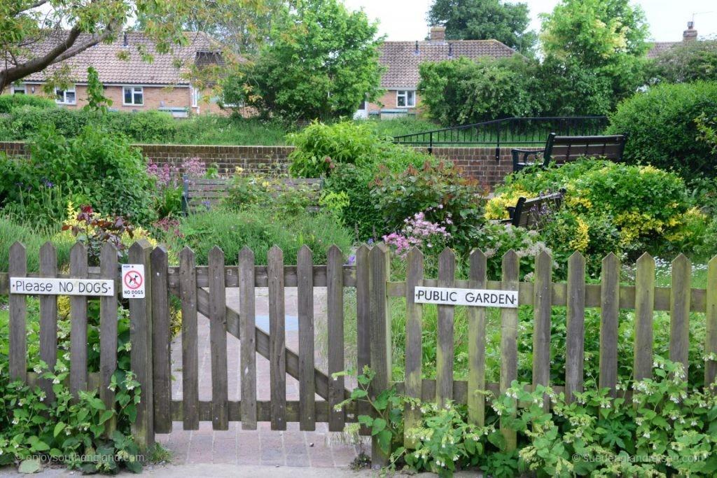 Und dann wieder das hier: Eine Baulücke mit einem winzigen öffentlichen Garten direkt am am River Arun lädt zur Entspannung ein.