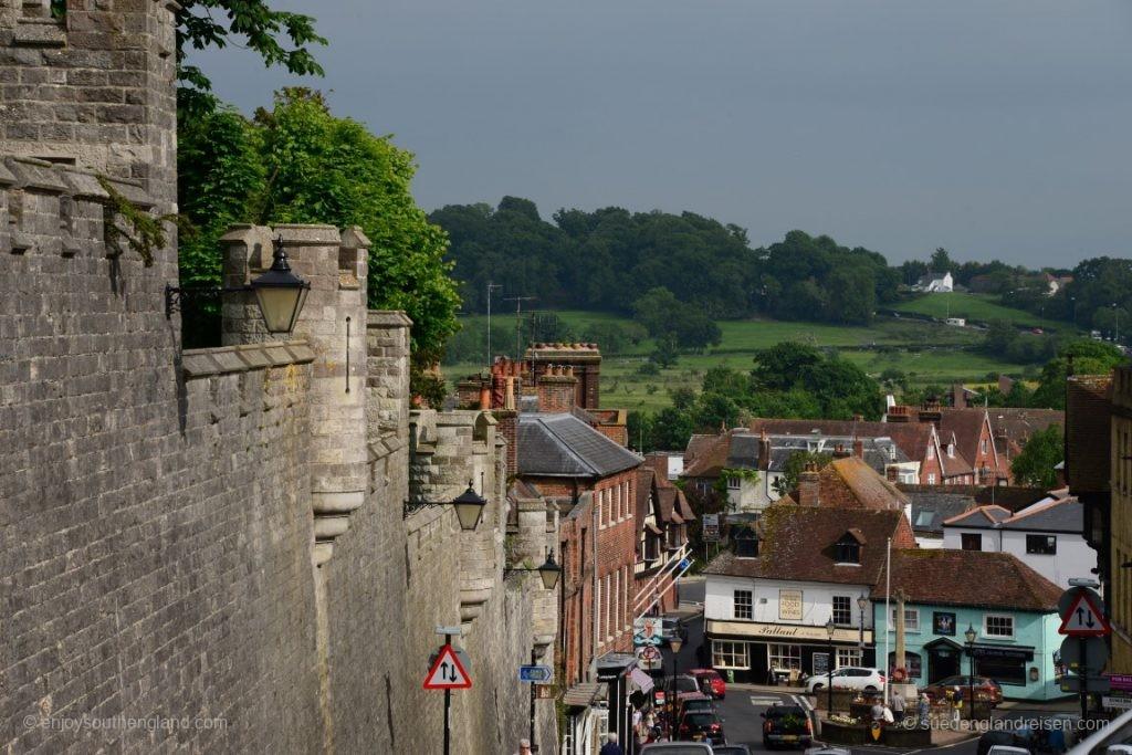 Blick entlang der Mauern des Castles hinunter in den Ortskern von Arundel