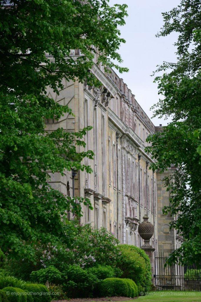 Petworth House von außen, gelegen in einer riesigen öffentlich zugänglichen Parkanlage