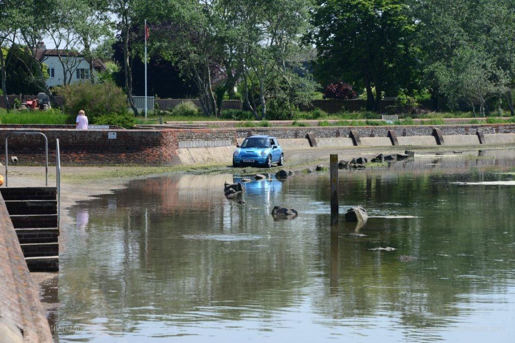 Und er hier wundert sich gerade, dass er aufgrund der bereits überfluteten Straße nicht weiterkommt.