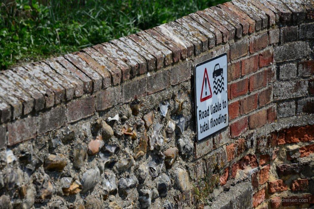 Dieses Schild in Bosham sieht kurios aus - aber man sollte es ernst nehmen!