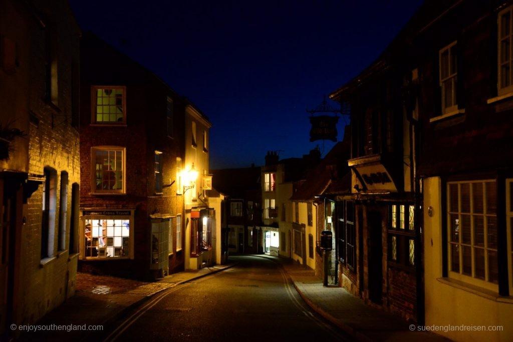 Rye in der Nacht - links geht es rein zu unserem Cottage