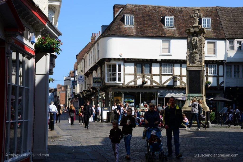 Der Platz direkt vor dem Eingang zum Cathedral Close - viele junge Besucher der Stadt