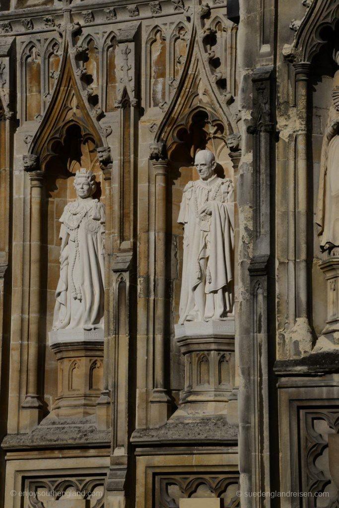 Man beachte bitte diesen beiden brandneuen Statuen, die seit 2015 neben dem Eingang in bis dato leeren Nischen stehen: Lissi (Verzeihung, Her Royal Highness The Queen) samt Ehemann Philip
