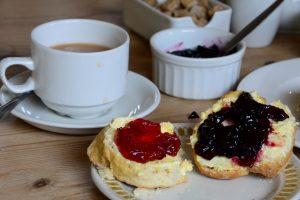 Ganz wichtig: Überall kommt zuerst die Clotted Cream auf die Scones und erst dann die Marmelade. Nur in Cornwall macht man es genau umgekeht!