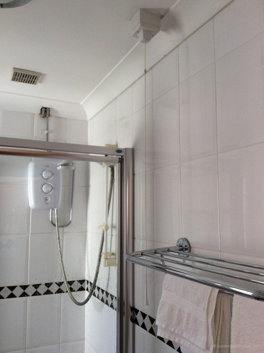 Dusche mit Hauptschalter (Schnur im Vordergrund)