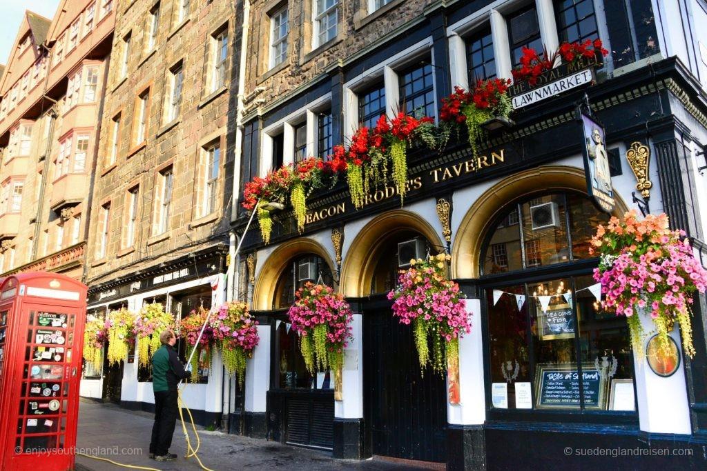 Edinburgh morgens in Old Town - die Blumen werden gegossen.