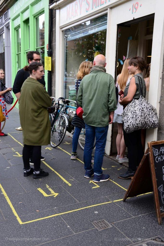 Die Briten sind bekanntlich Weltmeister im disziplinierten Schlange-Stehen. Dieses Geschäft in Edinburgh kennt offenbar größeren Andrang - und hat die Wartelinien einfach auf den Gehweg gemalt!