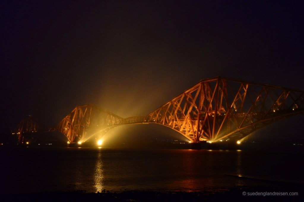 Forth Bridge von South Queensferry aus im Abendnebel