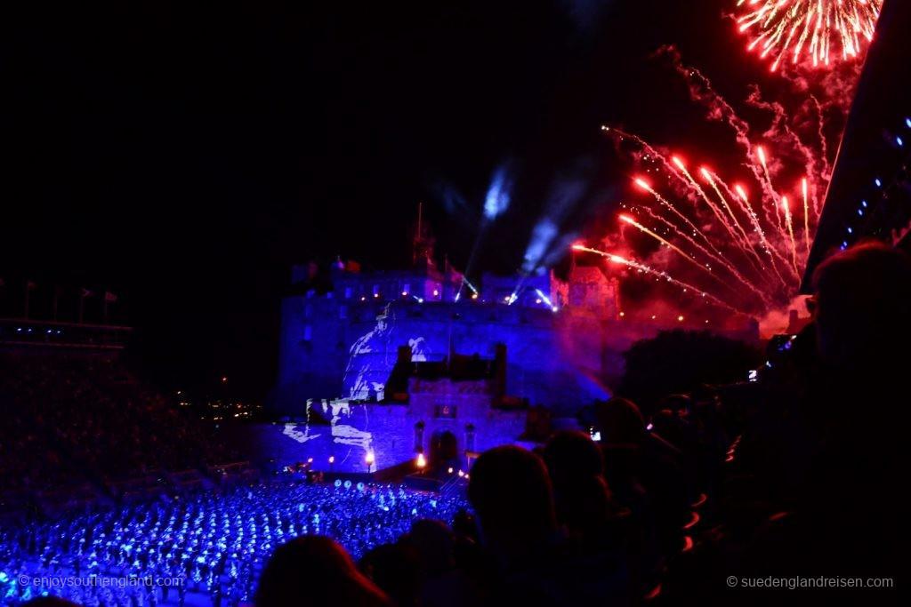Das Royal Edinburgh Tattoo schließt traditionell mit einem großen Feuerwerk.