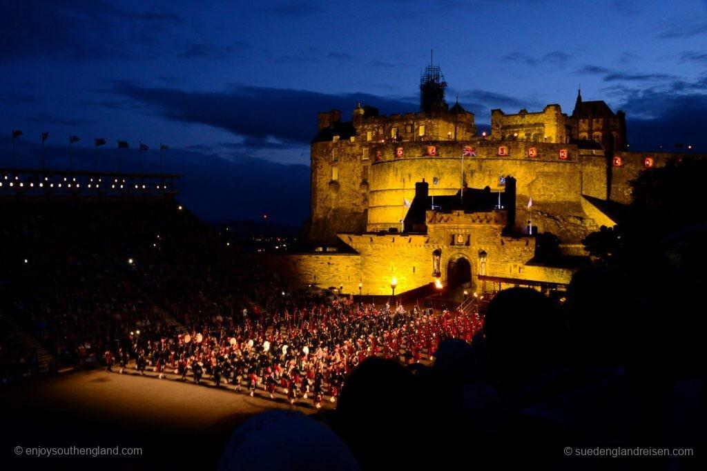 Das Royal Edinburgh Tattoo 2017 vor dem prächtig beleuchteten Edinburgh Castle