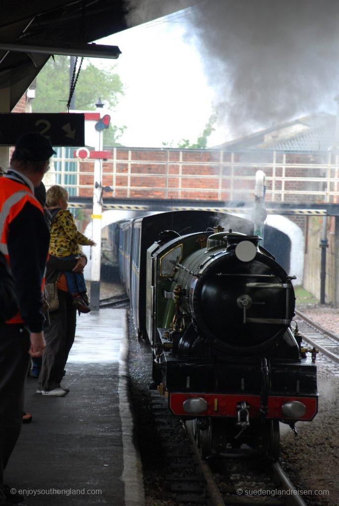 Romney, Hythe & Dymchurch Railway - Einfahrt eines Zuges aus Dungeness kommend