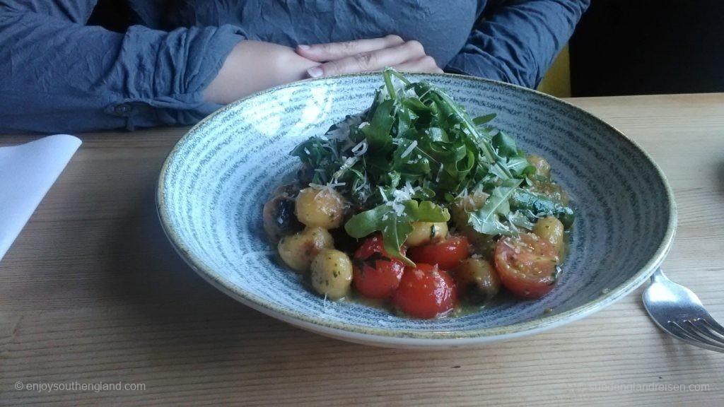 Gnocchi mit Wild Garlic, Spinat, Tomaten, Parmesan und Spargel