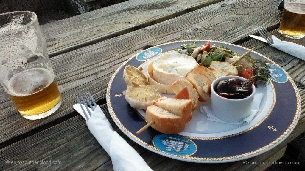 Goats Cheese (Ziegenkäse), hier als Brie ausgebacken mit einem Chutney und Brot an einem Salat