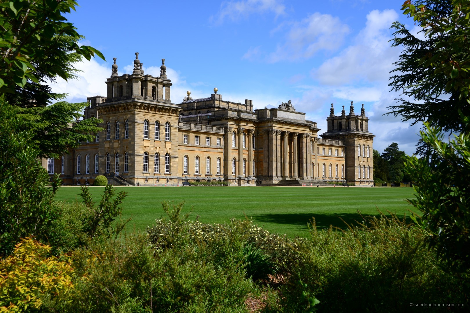 Blenheim Palace von der Gartenseite aus gesehen