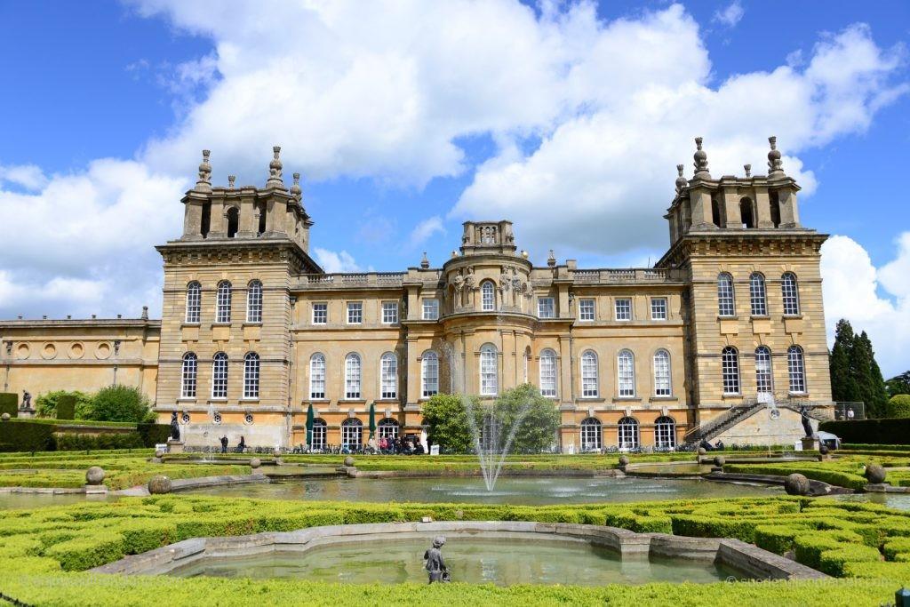 Blenheim Palace von der Seite mit dem Formal Garden davor.