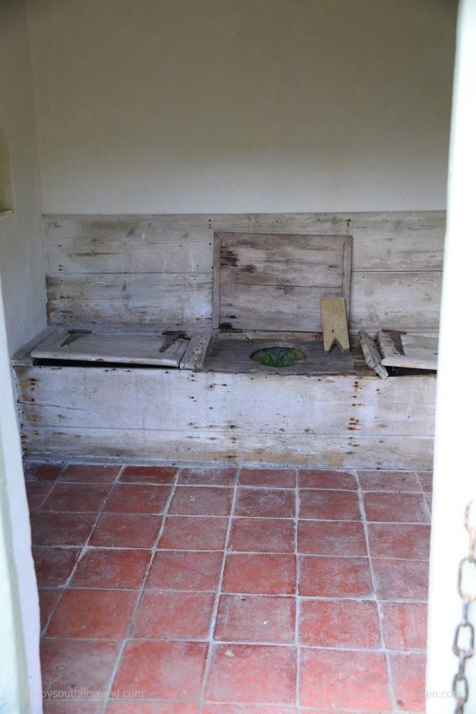 Zum Glück nicht mehr in täglicher Benutzung: Alte Toilette in Kelmscott Manor