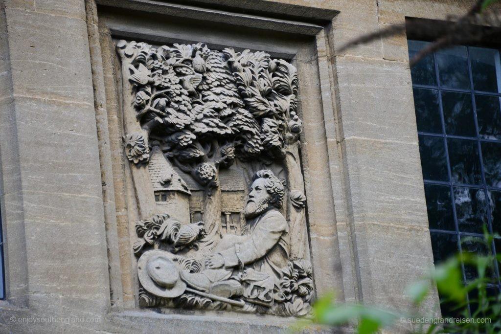 "William Morris, Vater des ""Art & Crafts"" als Detail in der Wand des Hauses."
