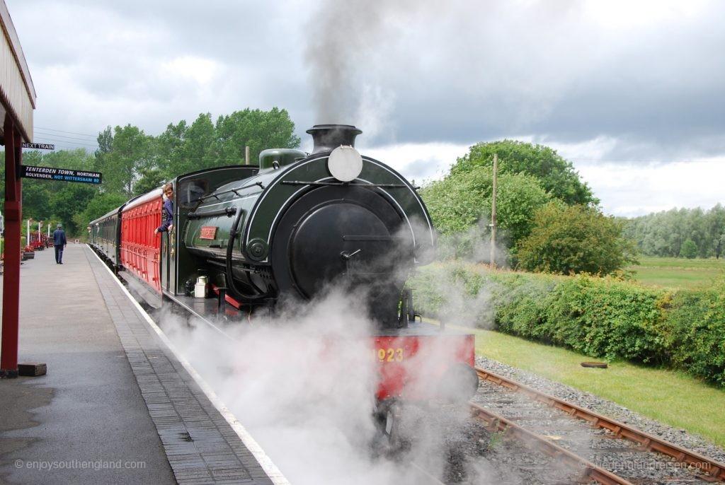 Kent & East Sussex Railway - Ausfahrt des Zuges aus Bodiam