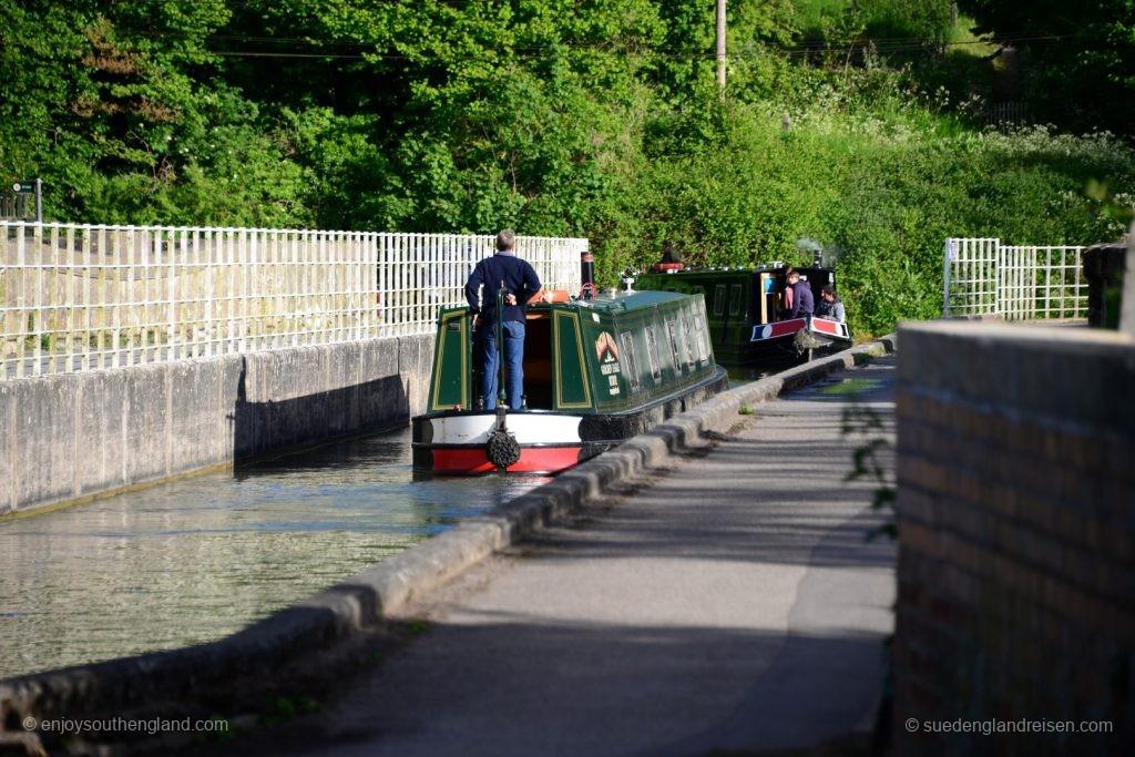 Schwerstarbeit ist das Navigieren mit den langen Booten in engen Kurven wie hier am Ende des Aqueducts