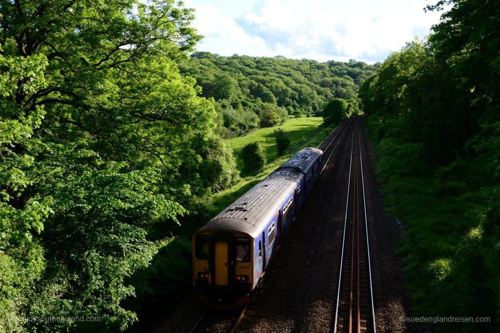 Der Aqueduct überquert die Eisenbahnlinie