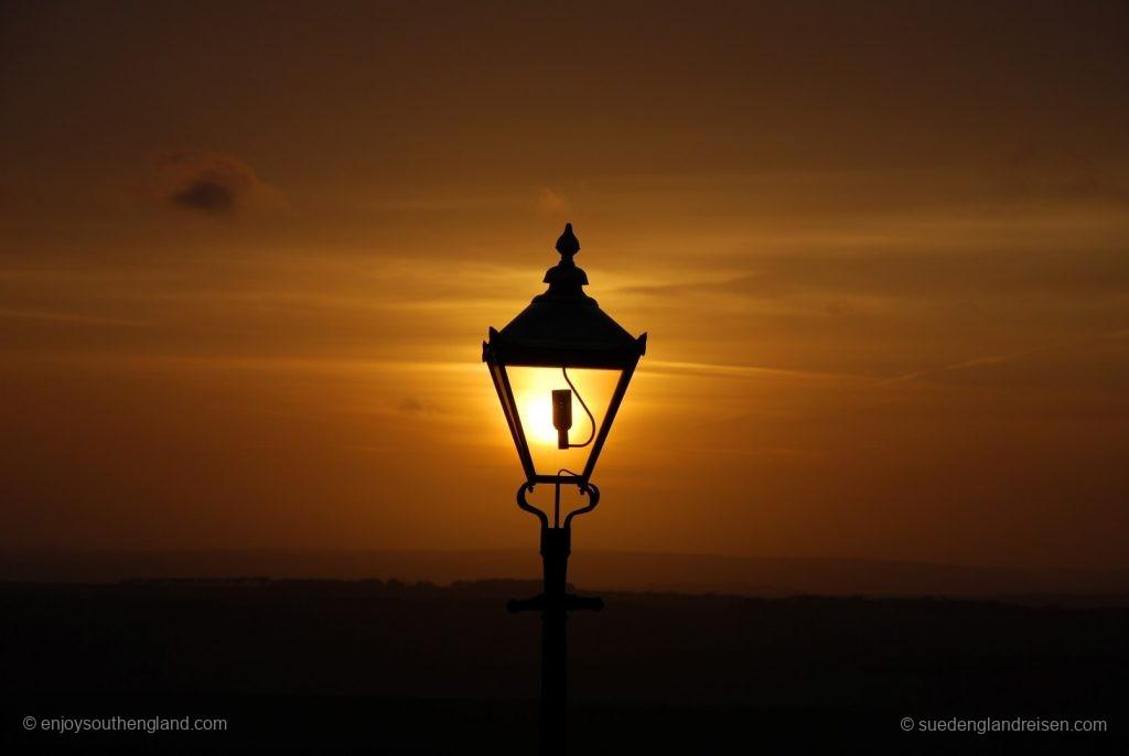 Abendstimmung auf Beachy Head - die untergehende Sonne ist das Licht dieser Laterne