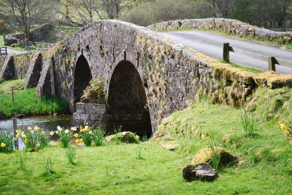 normale Straßenbrücke im Dartmoor