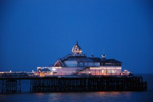 Eastbourne Pier bei Nacht (East Sussex)