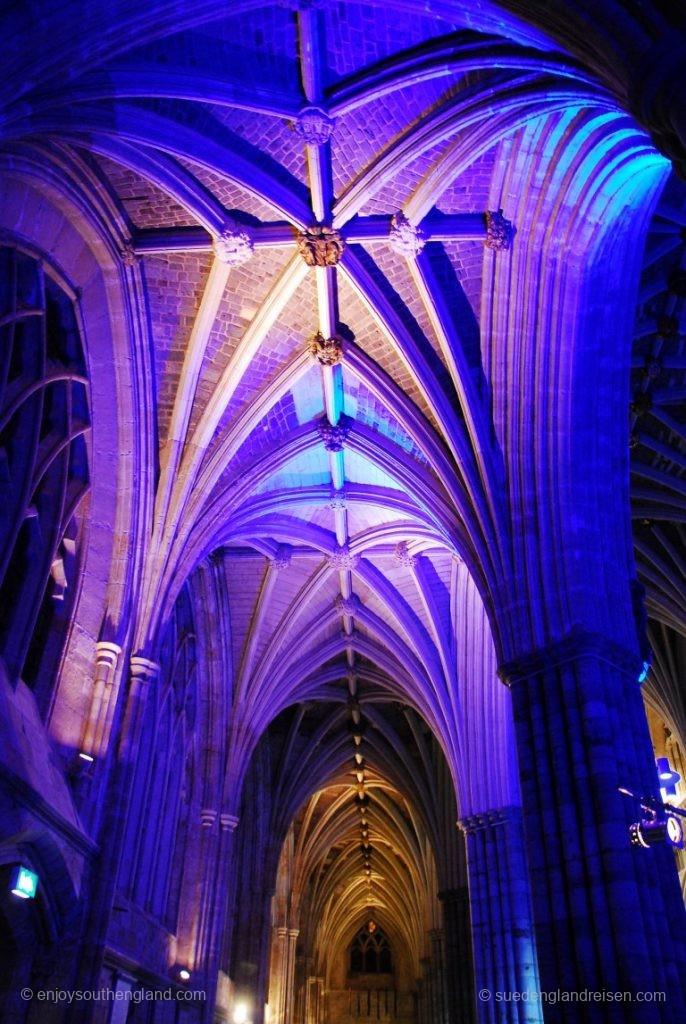 Exeter Cathedral in Ausleuchtung für ein abendliches Konzert