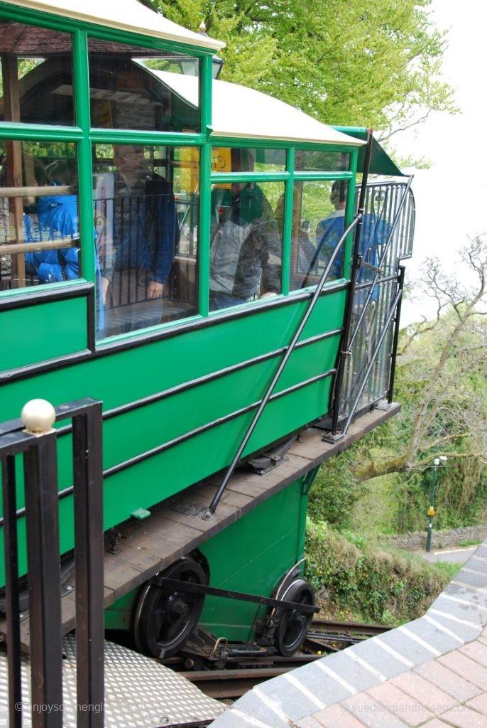 Es geht los - die Lynton Cliff Railway startet ihre Fahrt.